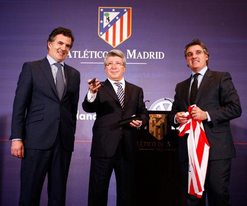 Volkswagen Beetle entregado al Club de fútbol Atlético de Madrid - Enrique Cerezo