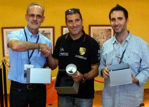 De izq. a dcha: José Mª Alegre, director de QuintaMarcha.com, Miguel Fuster, entregándole el premio y Pepe Giménez.