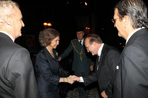 Guenther Seemann, presidente ejecutivo de BMW Group España y Portugal, saludando a la Reina Doña Sofía.