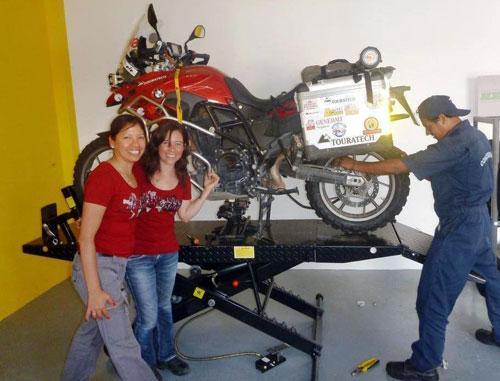 Alicia Sornosa en el taller de Touratech (Perú)