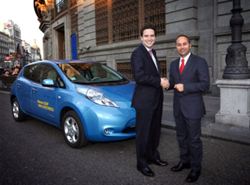 Borja Sarasola (izq), consejero de Medio Ambiente y Ordenación del Territorio de la Comunidad de Madrid, y Marco Toro, consejero director general de Nissan Iberia.