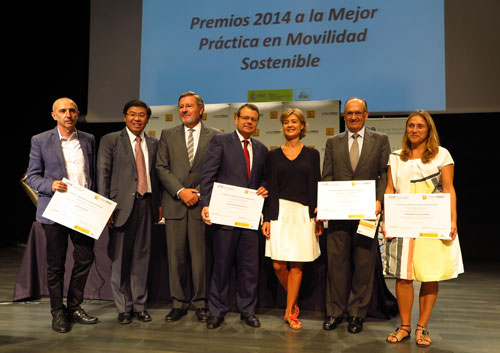 La ministra de Agricultura, Alimentación y Medio Ambiente, Isabel García Tejerina, junto a Ricardo Gondo, presidente de la Fundación Renault para la Movilidad Sostenible y José Longas, presidente del Club de Excelencia Sostenible (segundo y tercero por la izquierda, respectivamente, con los premiados).