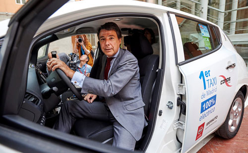 1-Nissan_taxi_1