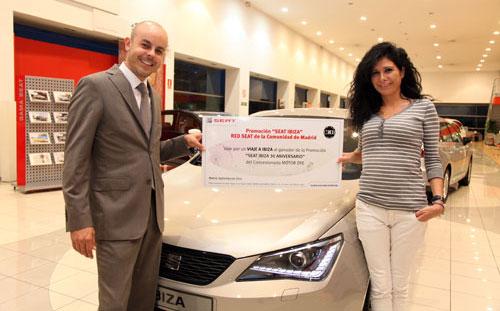 Israel Álvarez entregando el premio a Beatriz Ferrándiz, en las instalaciones de Motor DyE en La Cantueña (Fuenlabrada).