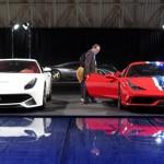 A la izquierda, el Ferrari F12 Berlinetta, junto al 458 Speciale