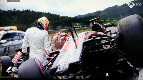 Así quedo el McLaren de Alonso, subido en el morro del Ferrari de Raikkonen