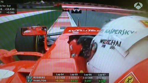 Vettel persiguiendo a Massa en su intento vano por arrebatarle el tercer puesto
