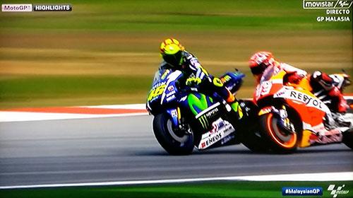 Rossi ralentiza la marcha para que Márquez se sitúe junto a él. (Imágen Movistar TV)