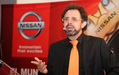 El Mago More puso su humor ácido en la inauguración del concesionario Nissan Gamboa, velada que también presentó