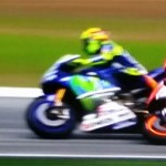 Valentino ha lanzado la patada y Marc se cae. (Imágen Movistar TV)