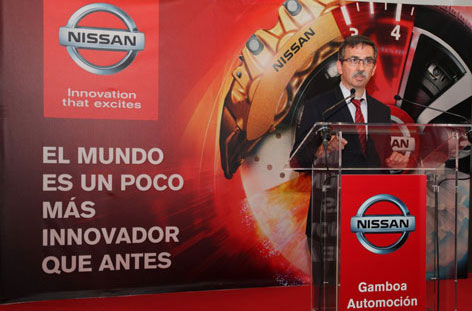 El responsable de la Comunidad de Madrid (corta por el lado derecho para que sólo se vea el fondo del escenario. En las restantes haces lo mismo.
