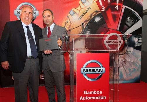 José López, presidente del Grupo Gamboa, recibiendo una placa conmemorativa de manos de Marco Toro, máximo responsable de Nissan España.