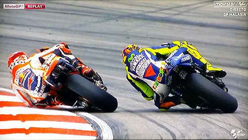 La lucha de los dos pilotos fue de lo mejor está temporada, hasta que Rossi se quitó la careta