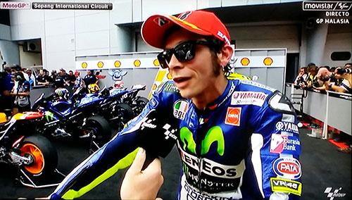 Rossi dando explicaciones nada coincidentes con lo que todos pudimos ver