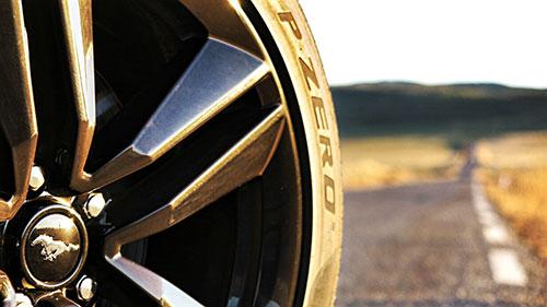 """Neumáticos Pirelli P Zero 255/40 delante y 275/40 detrás en llantas de 19""""."""