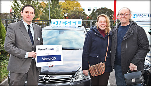 Sergio, con su mujer, y Nicolás, comercial de Yuncar Motor