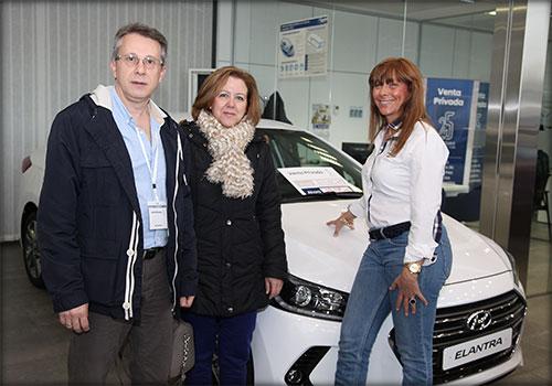 Feli Naranjo de Yuncar Motor, junto a los nuevos propietarios de un Elantra