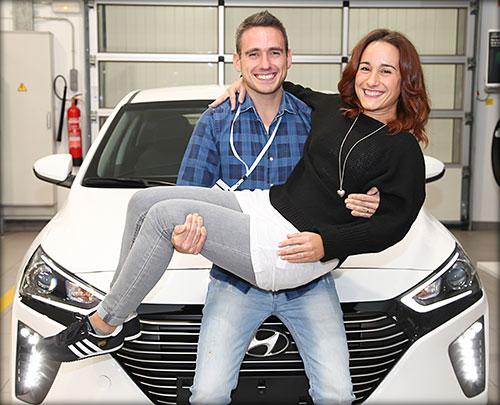 Andrés y Belen con su nuevo Hyundai ioniq.