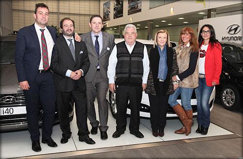 Diego Carrero, gerente de Yuncar Motor, centro, junto a su mujer y parte del equipo comercial del concesionario